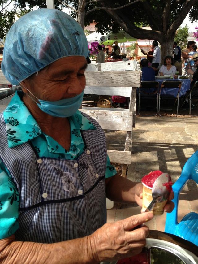 Serving nieve at Pochote market